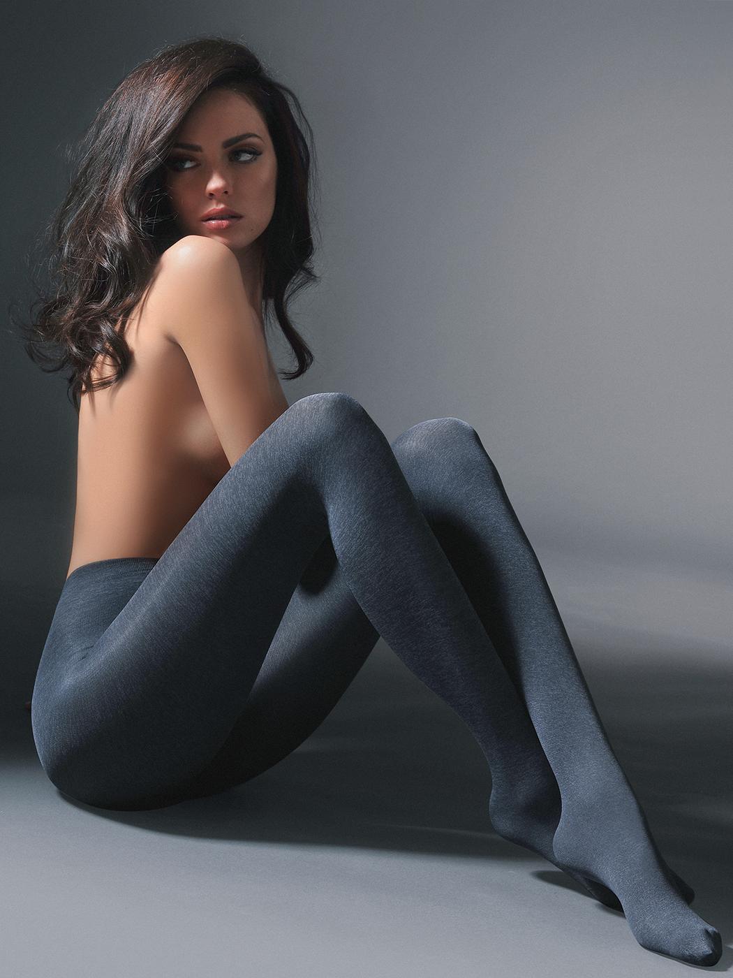 Женщина в серых чулках фото
